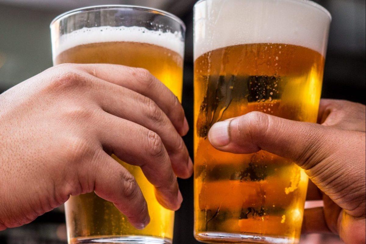 Proost met 2 glazen bier