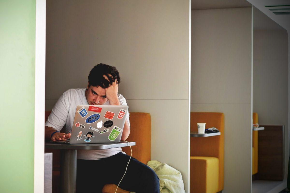 Jongen met laptop aan een tafel