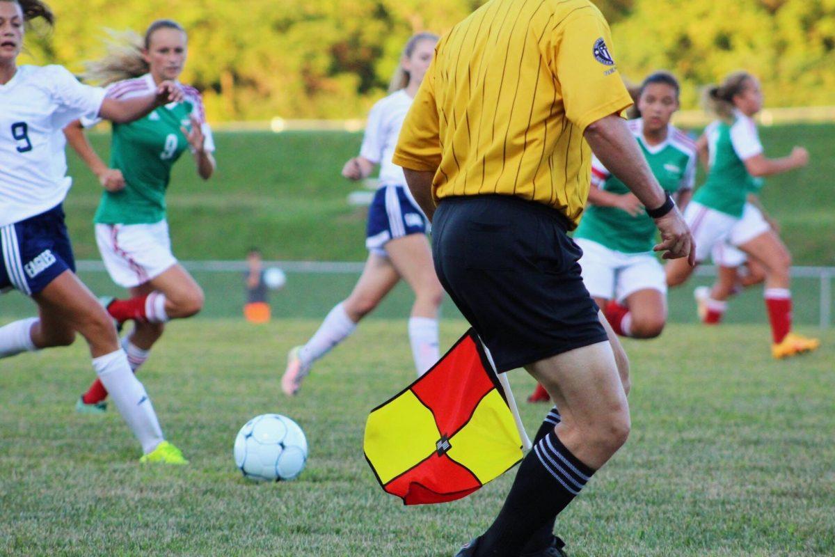 Damesvoetbal wedstrijd met scheidsrechter