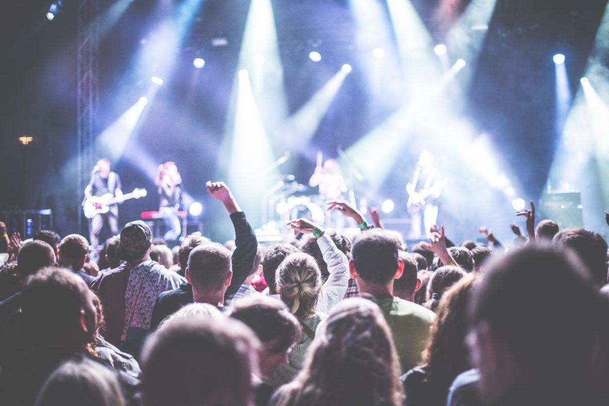 Concert met zicht op podium