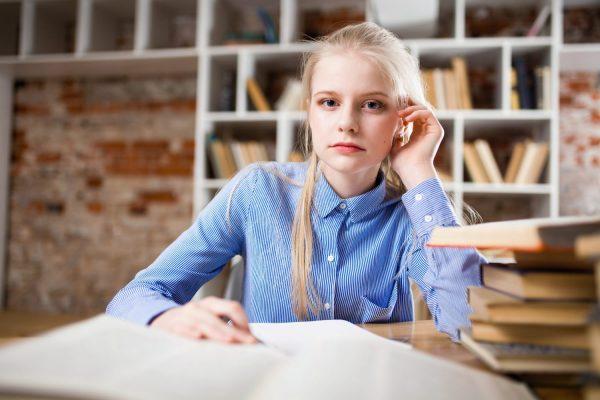 meisje dat huiswerk maakt