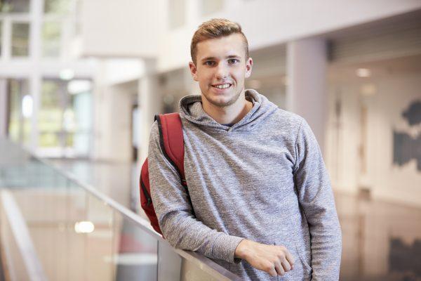 Student leunt op balustrade